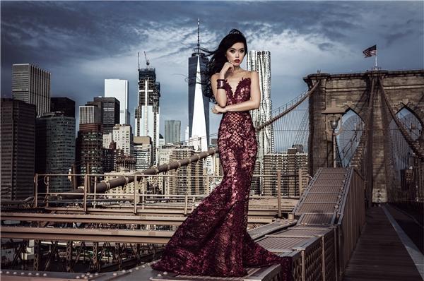 """Sở hữu kỷ lục ấn tượng 3 màn trình diễn catwalk mỗi năm khắp các châu lục, Jessica Minh Anh mong muốn con số này sẽ là 4 trong năm 2017. Nữ siêu mẫu gốc Việt sẽ có khởi đầu đầy mạnh mẽ tại Pháp với màn trình diễn hàng năm cực kỳ thành công của cô là """"trình diễn trên mặt nước"""" - biến con tàu kính khổng lồ trên sông Seine thành sàn diễn dài 100 mét. Show diễn đầu tiên của Jessica Minh Anh trong năm 2017 sẽ diễn ra vào ngày 26/1 tới đây."""