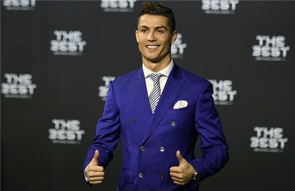 """Ronaldo đãtranh thủ """"đá xoáy"""" Messi trong bài phát biểu của mình. (Ảnh: internet)"""