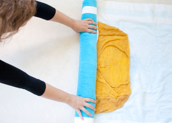 Cách làm quần áo mau khô mà không có máy sấy: Trải một chiếc khăn khô lên bàn, rồi trải chiếc áo ướt lên mặt khăn, và cuộn cả hai lại. Sau đó vắt thật mạnh để nước từ trong áo chảy ra thấm vào khăn. Chiếc áo lúc này dù không khô ráo hoàn toàn nhưng đã khô hơn trước rất nhiều, bạn chỉ cần phơi nó lên một lát là khô ngay.