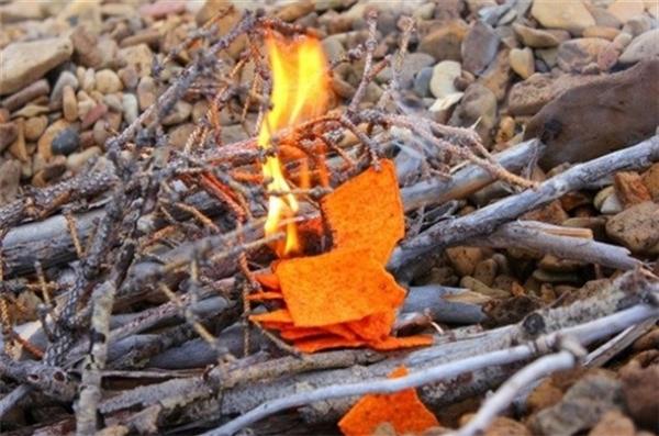 Nhóm lửa bằng khoai tây chiên (đóng bịch): Ngoài công dụng làm món ăn vặt ngon miệng thì đây còn là vật liệu vô cùng dễ cháy vì nó chứa nhiều dầu và chất béo.