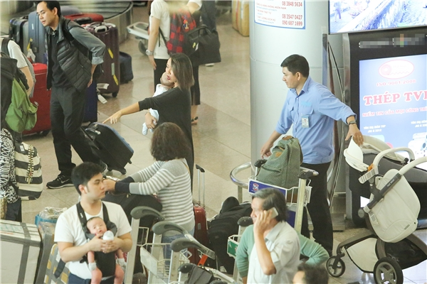 Nữ ca sĩ nhờ sự hỗ trợ của một nhân viên tại sân bay. - Tin sao Viet - Tin tuc sao Viet - Scandal sao Viet - Tin tuc cua Sao - Tin cua Sao