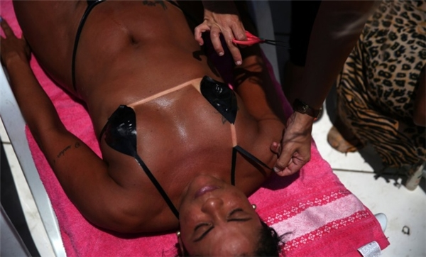 Những bộ bikini bằng băng dính đen sẽ giúp người mặc không bị hiện tượng cháy nắng không đồng đều trên da. (Ảnh:Reuters)