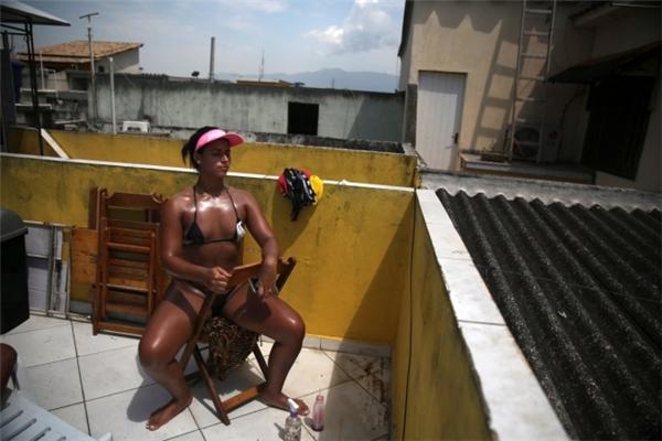 Chán bikini, phụ nữ Brazil dùng băng dính để tắm nắng