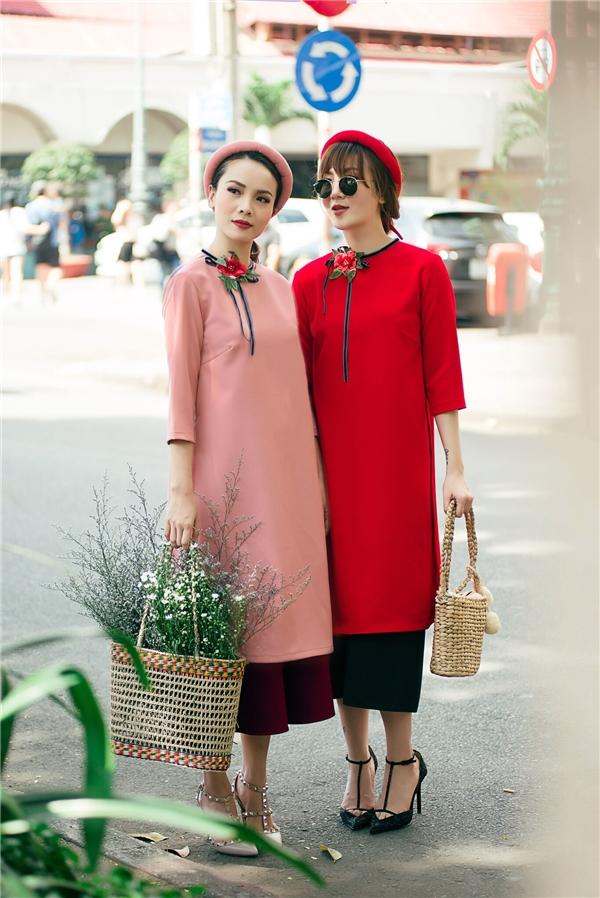 Vốn được biết đến không chỉ là hai chị em ca sĩ mà Yến Trang, Yến Nhi còn là biểu tượng thời trang của giới trẻ trong những năm gần đây.Vào thời điểm những ngày xuân của năm Đinh Dậu đến gần, hai chị em đã cùng nhau diện những mẫu áo dài cách tân xuống phố.