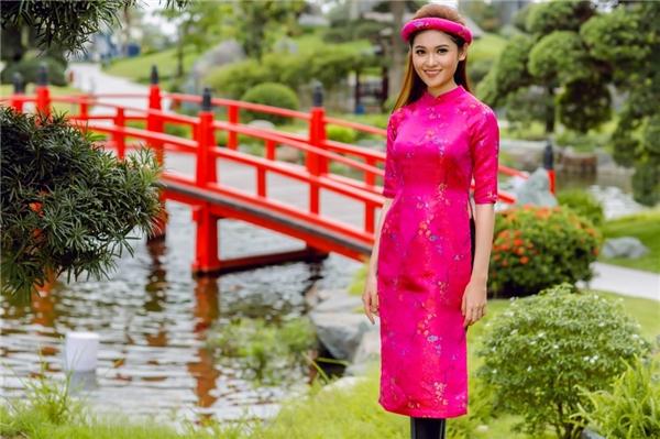 """Thùy Dung luôn quan niệm: """"Áo dài vốn là trang phục truyền thống không thể thiếu của dân tộc Việt Nam. Nó tượng trưng cho nét đẹp của người phụ nữ Việt"""". Với sự hỗ trợ của nhà thiết kế Pivoine, Thùy Dung có cơ hội bắt kịp xu hướng thời trang nhưng không bỏ quên giá trị truyền thống."""