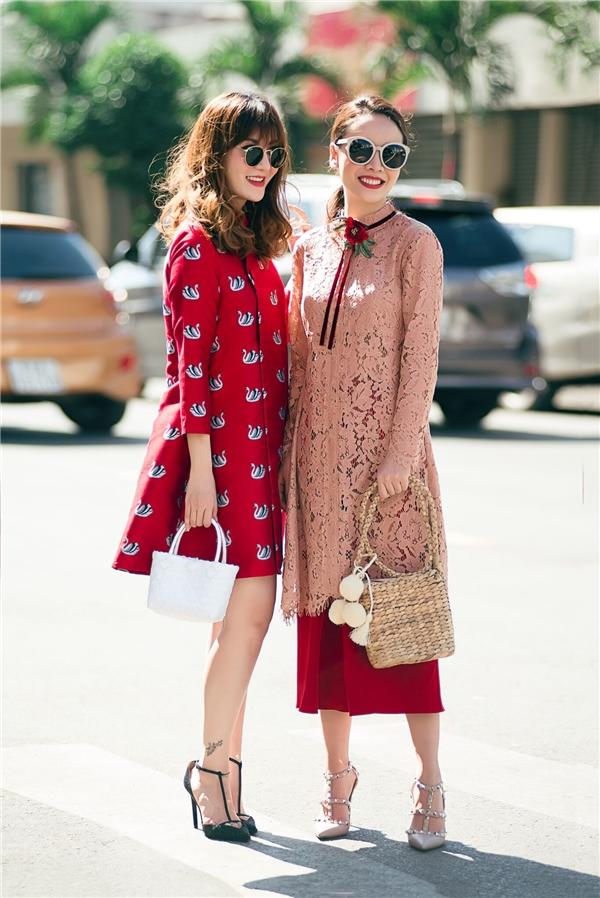 Những chiếc áo dài với kiểu dáng mới lạ và cùng chất liệu tiện dụng cùng màu sắc bắt mắt chính là lựa chọn của bộ đôiSong Yến.