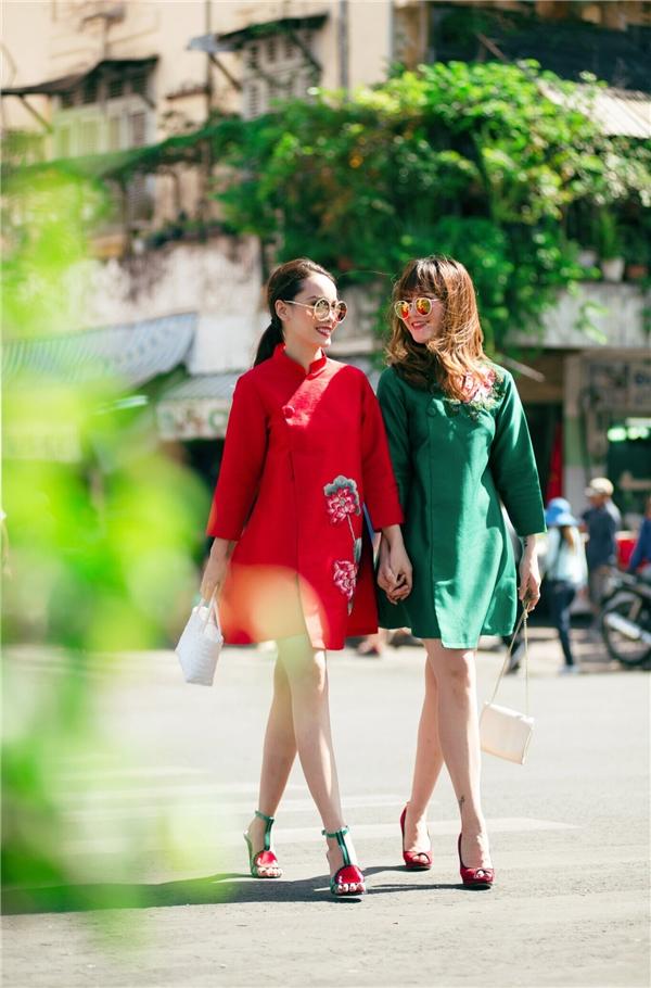Áo dài cách tân đang lung linh trên khắp các đường phố và hai cô nàng sành điệu Yến Trang, Yến Nhi cũng vậy, luôn tràn ngập hương sắc lễ hội của sự truyền thống, hoài cổ qua tà áo dài thướt tha, pha vào đó là sự biến tấu hiện đại, trẻ trung cho một sắc màu thời trang thời thượng nhất hiện nay.