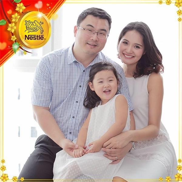 Hoa hậu Hương Giang rạng rỡ bên cạnh chồng và cô con gái. - Tin sao Viet - Tin tuc sao Viet - Scandal sao Viet - Tin tuc cua Sao - Tin cua Sao