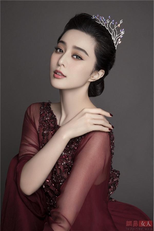 """Phạm Băng Băng được mệnh danhlà """"nữ hoàng thị phi"""" của làng giải trí xứ Trung và từng đứng đầu danh sách những gương mặt nổi tiếng bị ghét nhất năm 2015 do tạp chí AHTV bình chọn."""