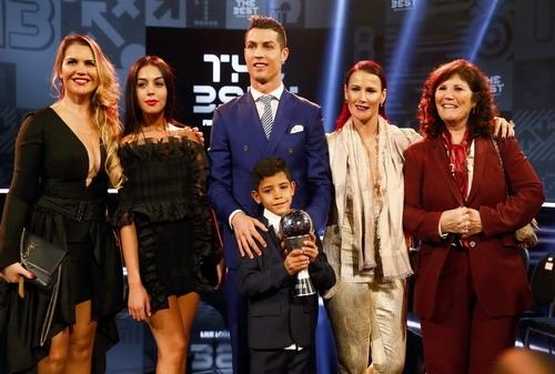 Ronaldo chụp ảnh lưu niệm bên cạnh gia đình của anh và bạn gái mớiGeorgina Rodriguez. (Ảnh: internet)
