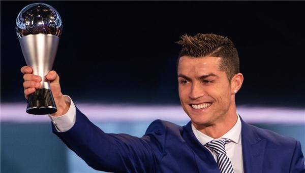 Ronaldo lại vượt mặt Messi, giành giải Cầu thủ xuất sắc nhất FIFA 2016