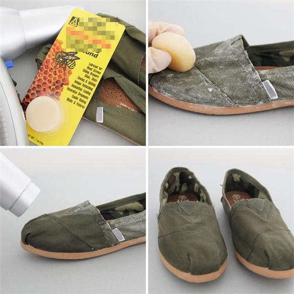 Cách chống thấm nước cho giày vải vào mùa mưa: Dùng sáp ong chà lên toàn bộ mặt ngoài của giày, sau đó dùng máy sấy sấy lên để sáp ong chảy ra và bám vào mặt vải.
