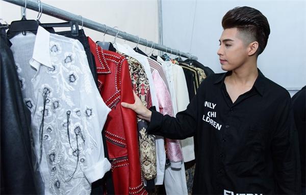 Tất cả trang phục, phụ kiện đi diễn của nam ca sĩ đều được thiết kế riêng và của các thương hiệu xa xỉ. - Tin sao Viet - Tin tuc sao Viet - Scandal sao Viet - Tin tuc cua Sao - Tin cua Sao