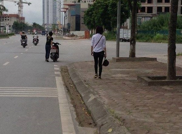 Lại tranh cãi vì chàng trai đẩy bộ xe máy, cô gái vẫn ngồi yên sau