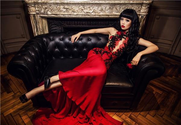 Show diễn này sẽ đánh dấu cột mốc thứ 16 của Jessica Minh Anh từ khi cô sinh viên mới tốt nghiệp làm chủ sàn diễn trên Cầu tháp London năm 2011. Jessica Minh Anh đã sẵn sàng cho thế giới chiêm ngưỡng 4 màn trình diễn ấn tượng, hội tụ và kết hợp hài hòa các yếu tố nghệ thuật, kiến trúc, công nghệ, văn hóa và thời trang trong năm 2017.