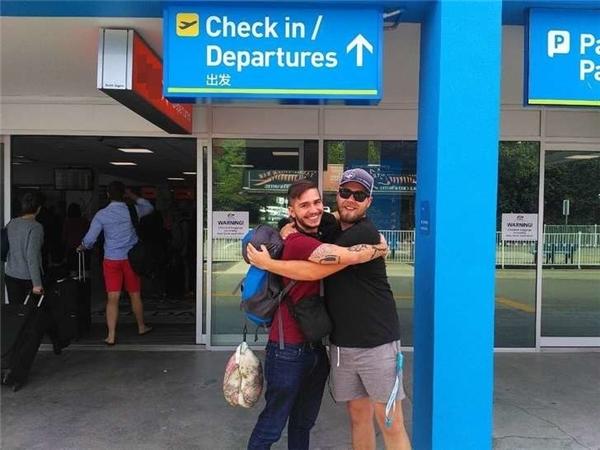 Sam Úc tiễn Sam Anh về quê nhà. (Ảnh: Daily Mail)