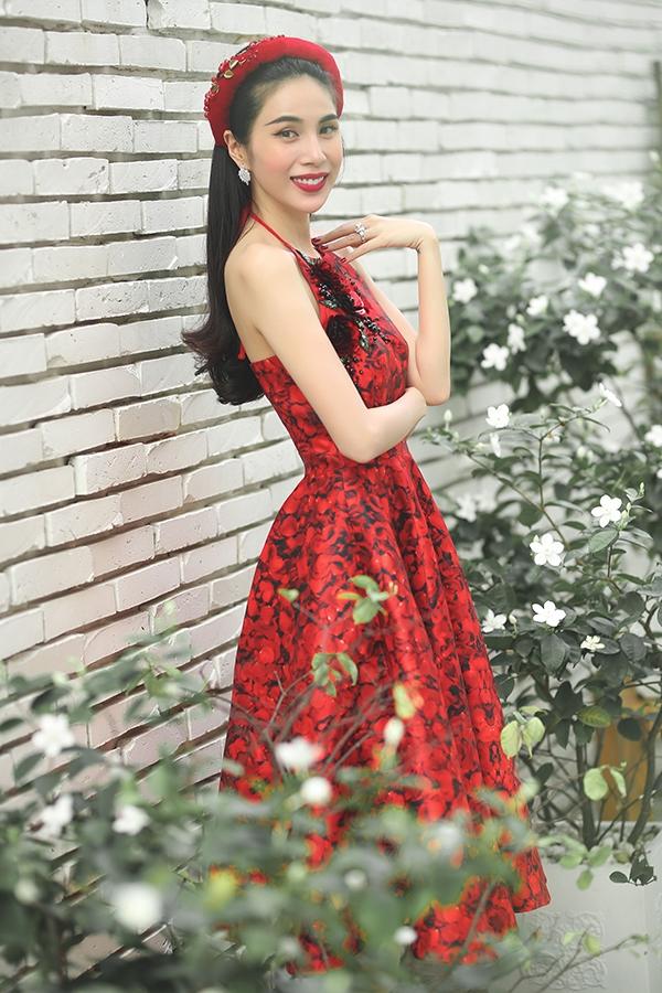 Thủy Tiên đẹp mê đắm trong sắc đỏ nồng nàn dù ăn vận kín đáo - Tin sao Viet - Tin tuc sao Viet - Scandal sao Viet - Tin tuc cua Sao - Tin cua Sao