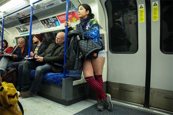 No Pants Subway Ride 2017 xuất phát từ năm 2002.(Ảnh: Mirror)