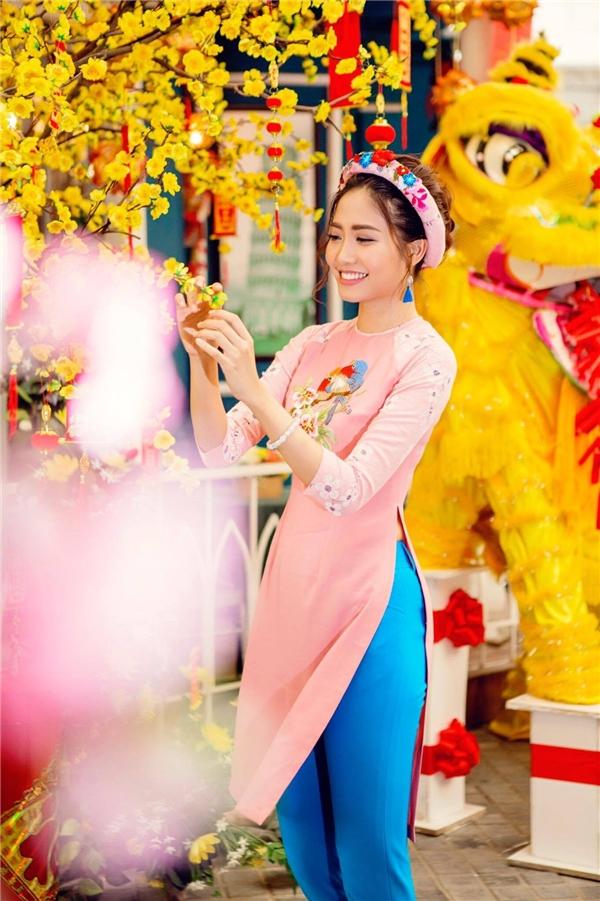 Charming Blossom là BST áo dài cách tân Xuân Hè mới nhất của NTK Sương Nguyễn dành cho phái nữ. Với các gam màu pastel dịu mát, NTK đã khéo léo điểm xuyếnnhững hoạ tiết thêu tay, hoa lá chim muông để tạo ra những chiếc áo dài cách tân hoàn hảo.