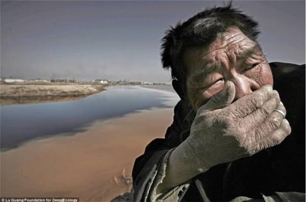 Một người nông dân không chịu nổi mùi hôi thối bốc lên từ sông Hoàng Hà ở Mông Cổ.