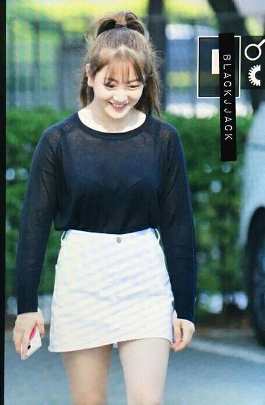 Cô nàng mặc áo xuyên thấu, gây xôn xao trên đường đến đài Music Bank.