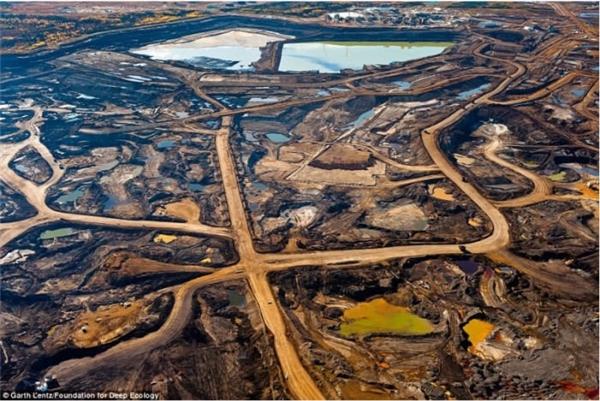 Vết sẹo con người để lại cho thiên nhiên sau khi khai thác mỏ dầu cát ở Alberta, Canada.