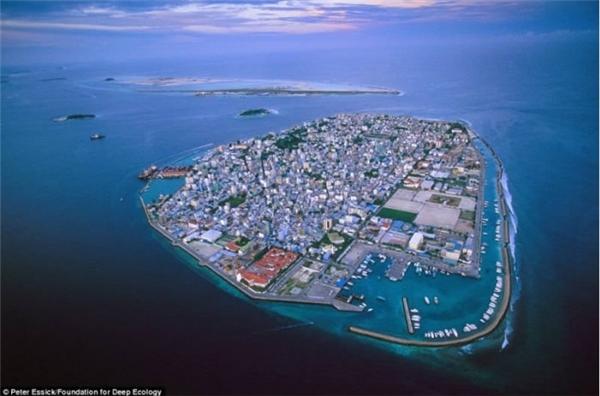 Maldives là quốc gia thấp nhất nằm trên thế giới, do vậy hòn đảo này rất dễ bị ngập lụt. Đây là một trong ba quốc gia đang chịu mối đe dọanghiêm trọng nhất từ việc biến đổi khí hậu. Nơi này đã từng được dự báo rằng sẽ biến mất trong vòng 50 năm nữa.