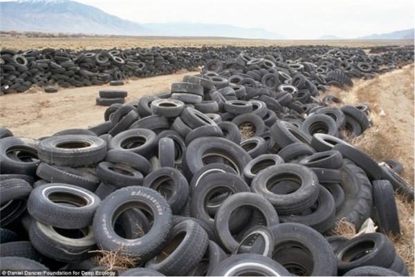 Lốp xe hỏng bị vứt bỏ ở sa mạc Nevada. Bao lâu nữa thì những chiếc lốp xe này sẽ lấp đầy cả sa mạc rộng mênh mông?