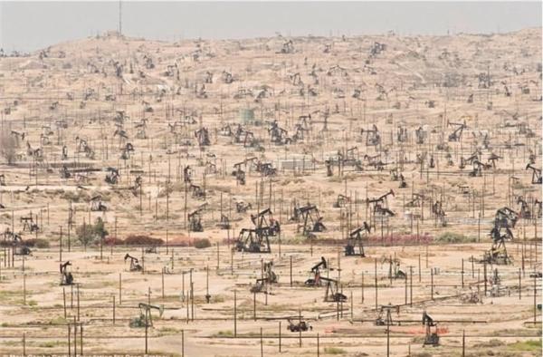 Vùng khai thác dầu mỏ ở California - sự khai thác quá mức của con người.