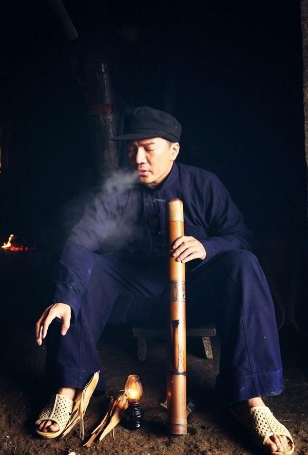 Bên cạnh đó, Mr. Đàm cũng từng đi dép tổ ong khi hóa thân thành nhân vật trong phimHiệp sĩ mù- bộ phim do anh làm nhà sản xuất, phát hành năm 2014. - Tin sao Viet - Tin tuc sao Viet - Scandal sao Viet - Tin tuc cua Sao - Tin cua Sao