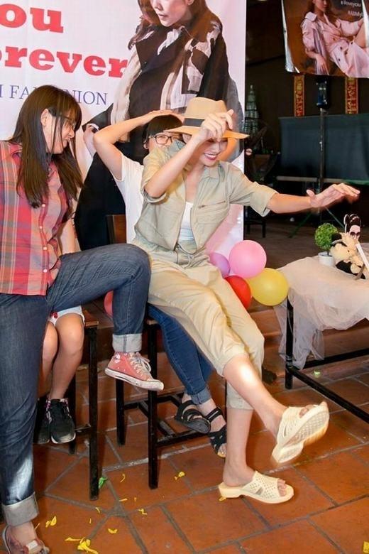 """Trong một buổi offline đầy tiếng cười giữaThanh Hằng cùngfanclub, nữ siêu mẫu đã khiến cho người hâm mộmột phen """"đứng hình"""" khi bất ngờ diện style dép tổ ong kết hợp với trang phục kaki hiện đại. - Tin sao Viet - Tin tuc sao Viet - Scandal sao Viet - Tin tuc cua Sao - Tin cua Sao"""