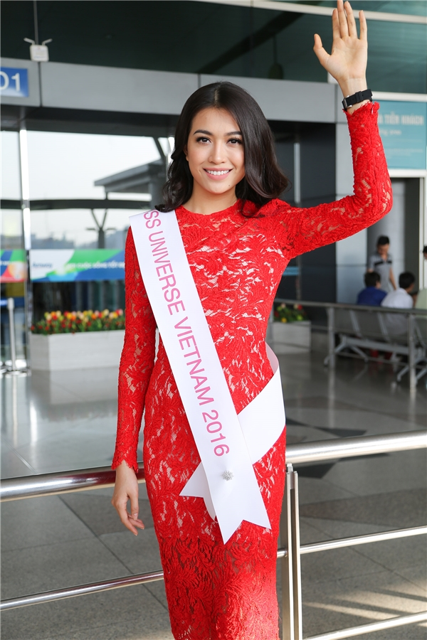 Tại sân bay, Lệ Hằng gây chú ý khi diện bộ váy ren đỏ rực, tươi tắn, rạng rỡ.