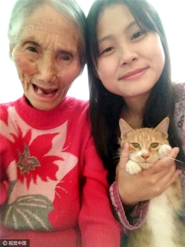 Cảm động cô sinh viên đưa bà nội 93 tuổi đến trường để tiện chăm sóc