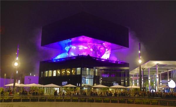 Tượng đầu người lấp lóa ở giữa một khối hộp khổng lồ tại trung tâm mua sắm Polygone Riviera, Pháp. (Ảnh: internet)