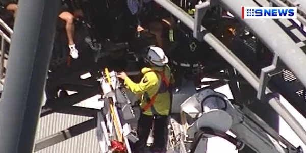 Du khách bị treo lơ lửng 90 phút vì tàu lượn siêu tốc dừng đột ngột