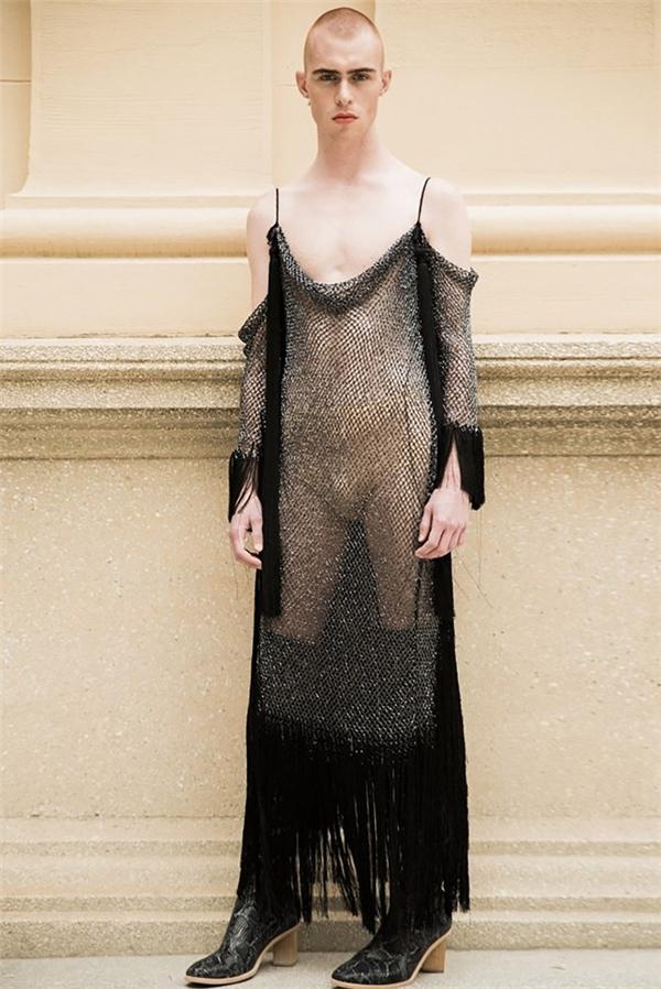 Các thiết kế đều có màu sắc, chất liệu, họa tiết mang đậm phong cách thời trang dành cho nữ giới. Thậm chí, Alejandro Gomez Palomo còn vận dụng cả chất liệu xuyên thấu mỏng manh vào trong các thiết kế được cho là cân đo theo vóc dáng của nam giới.
