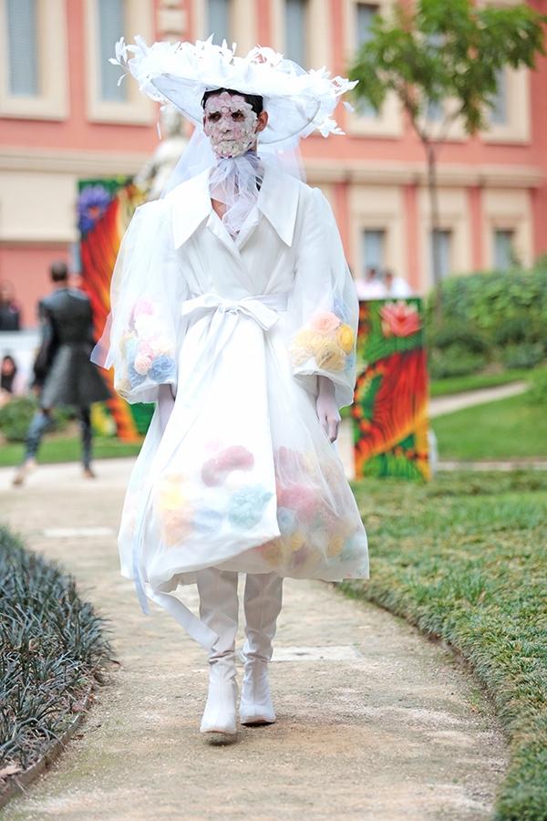Nhà thiết kế 24 tuổi người Tây Ban Nha thừa nhận sử dụng chất liệu, màu sắc vốn chỉ dành cho nữ giới và thậm chí có phần cường điệu nhưng đo may, thiết kế dựa trên phom dáng chuẩn của quý ông. Tuy nhiên, Vogue cho biết nhiều khách hàng mua đồ là nữ giới.