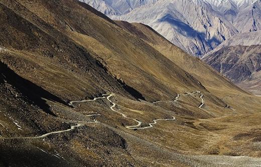 Khardung La (Ấn Độ) được biết đến là con đường đèo cao nhất thế giới. Con đường này vắt vẻo nằm ở độ cao 5602m so với mực nước biển đấy bạn ạ.