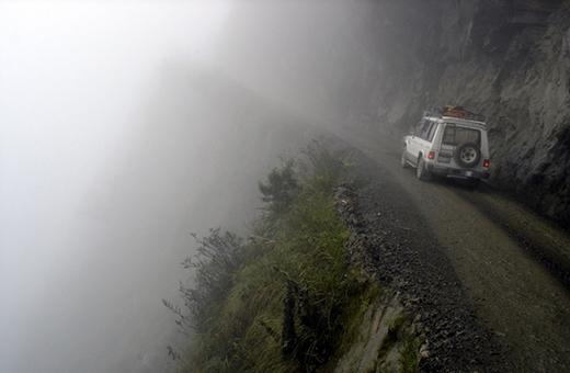Đây là con đường nguy hiểm nhất thế giới với núi dốc và vách đá cao 600m. Được biết có đến 200 - 300 người tử vong mỗi năm khi tham gia giao thông tại nơi này.
