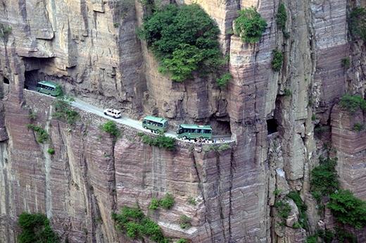 Là con đường huyết mạch để người dân trong khu vực kết nối với bên ngoài. Đường hầm Quách Lượng sẽ làm cho những du khác ưa mạo hiểm vừa sợ hãi, vừa phấn khích khi đi qua đường hầm.