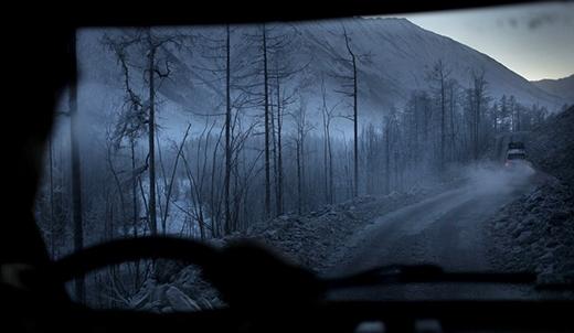 """Con đường này là giao thông huyết mạch giữa Yakutsh và Magadan. Thế nhưng, """"Kolima"""" lại được mệnh danh là con đường chết bởi sự u ám kỳ lạ xung quanh. Được biết con đường này được xây dựng bởi các tù nhân vào năm 1932 và hoàn thành vào năm 1953."""