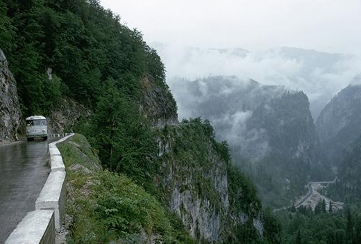 Bạn sẽ cảm thấy vô cùng sợ hãi và ấn tượng với đường Caucasus - con đường kết nối giữa thành phố Sochi và hồ Ritsa qua những ngọnnúi.