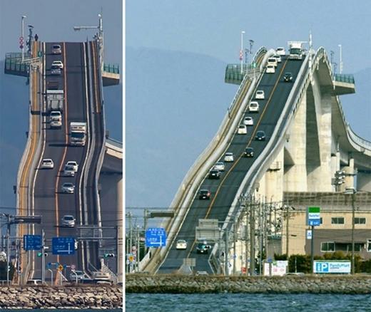 """Đây là cây cầu khiến bạn thót tim nếu có dịp đi qua. Cây cầu nàynối giữa hai tỉnh Sakaiminato và Matsue có chiều dài 1,7 km, rộng 11,3m. Nhìn từ xa, cây cầu này như thể một ngọn núi cheo leo và khiến nhiều người khiếp đảm vì độ khả thi khi đi qua cây cầu này. Được biết lý do xây dựng cây cầu """"lạ"""" này là để thuận tiện giao thông hai tỉnh nhưng vẫn đảm bảo được những chiếc tàu, thuyền lớn vẫn có thể đi qua dưới cầu."""