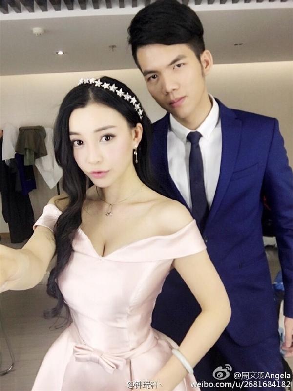 Châu Văn Vũ và Chung Thụy Hiên là hai diễn viên đóng thế của Angela Baby và Chung Hán Lương trong Cô phương bất tự thưởng.