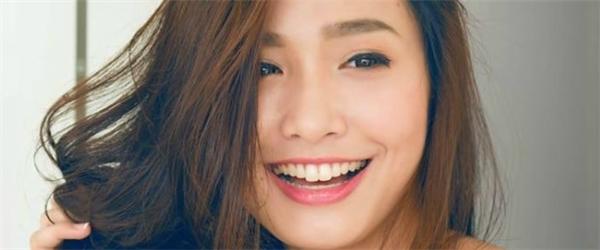 9X gây ấn tượng với gương mặt xinh đẹp và nụ cười rạng rỡ.