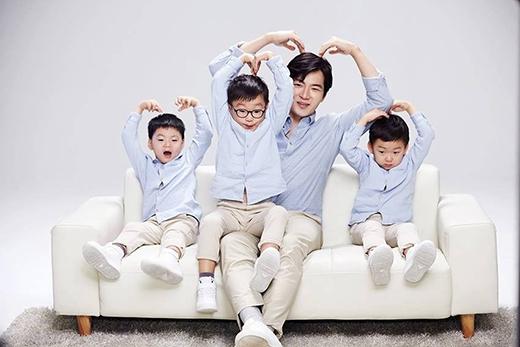 Cuối cùng cũng có một tấm hình mà 4 bố con có cùng tư thế rồi này.