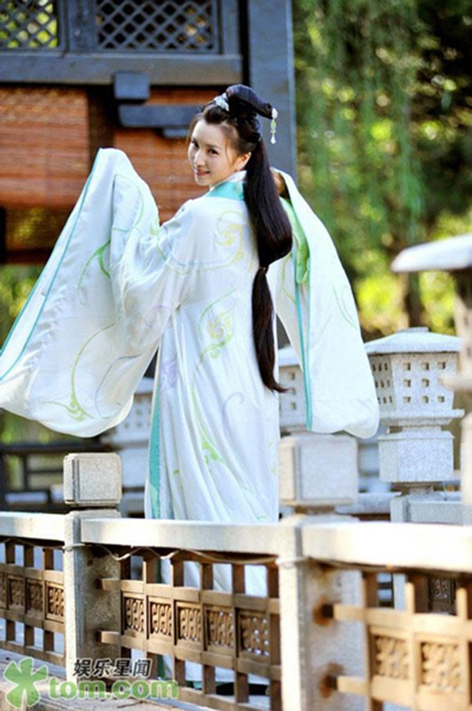 Sau vai diễn Điêu Thuyền cuốn hút của Tân Tam Quốc, nữ diễn viên bất ngờ quyết định rút lui khỏi làng giải trí Hoa ngữ, lên xe hoa cùng người yêu bí mật là đại gia của giới tài chính vào năm 2010.