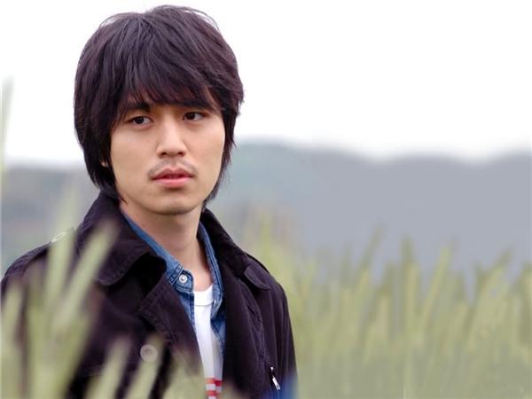 """Còn nhớ thời kì các mĩ nam xứ kim chi thi nhau để tóc dài và Lee Dong Wook cũng không nằm ngoài trào lưu ấy. Thế nhưng, kiểu tóc lãng tử ấy lại không mấy hợp với chàng """"Thần Chết"""", ngược lại còn """"nhấn chìm"""" nhan sắc đỉnh cao của anh."""