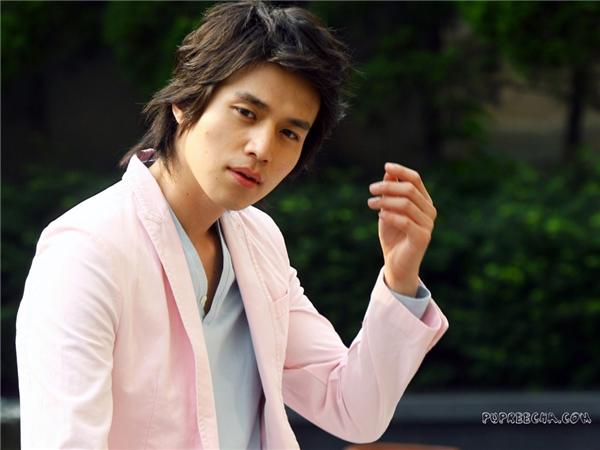 Đây là quả đầu gắn liền với Lee Dong Wook trong suốt thời gian dài. Thế nhưng, nó lại trông quá bình thường và không giúp cải thiện nhan sắc của anh chút nào.