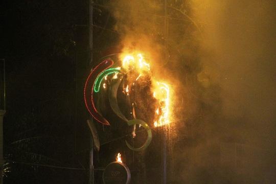 Xuất hiện nhiều tia lửa rơi xuống đường khiến người dân hoảng loạn. (Ảnh: internet)